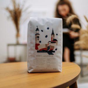čerstvo pražená káva